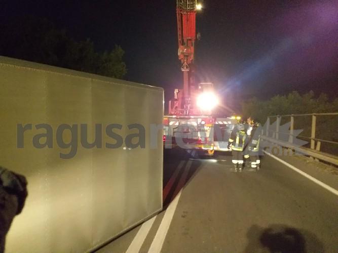 https://www.ragusanews.com//immagini_articoli/18-09-2020/1600467626-brutto-incidente-a-ragusa-camion-si-ribalta-3-500.jpg