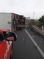 https://www.ragusanews.com//immagini_articoli/18-09-2020/1600467710-brutto-incidente-a-ragusa-camion-si-ribalta-1-240.jpg
