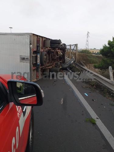 https://www.ragusanews.com//immagini_articoli/18-09-2020/1600467710-brutto-incidente-a-ragusa-camion-si-ribalta-1-500.jpg