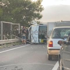 https://www.ragusanews.com//immagini_articoli/18-09-2020/brutto-incidente-a-ragusa-camion-si-ribalta-240.jpg