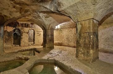https://www.ragusanews.com//immagini_articoli/18-09-2020/il-fascino-del-bagno-ebraico-di-ortigia-240.jpg