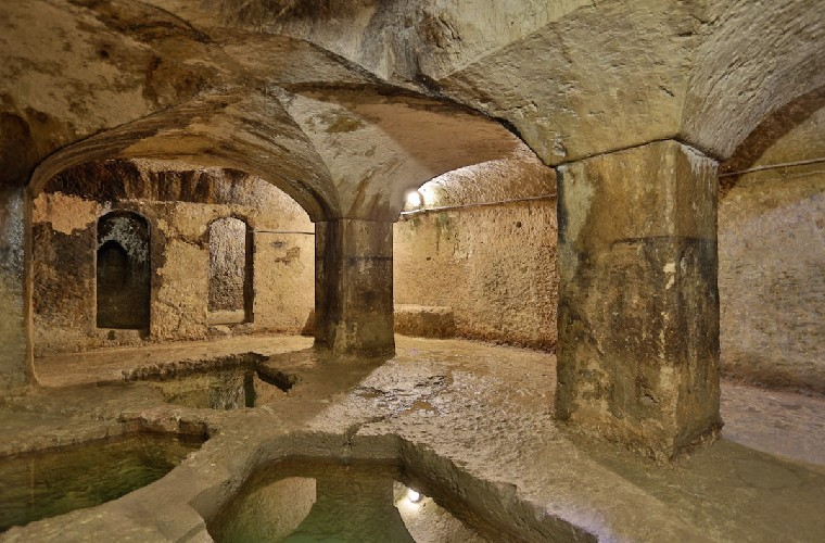 https://www.ragusanews.com//immagini_articoli/18-09-2020/il-fascino-del-bagno-ebraico-di-ortigia-500.jpg