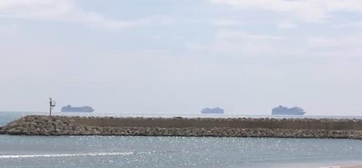 https://www.ragusanews.com//immagini_articoli/18-09-2020/tre-navi-da-crociera-in-rada-a-pozzallo-240.jpg