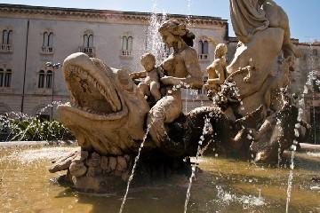 https://www.ragusanews.com//immagini_articoli/18-09-2020/turisti-inglesi-sentono-caldo-e-fanno-il-bagno-nella-fontana-240.jpg