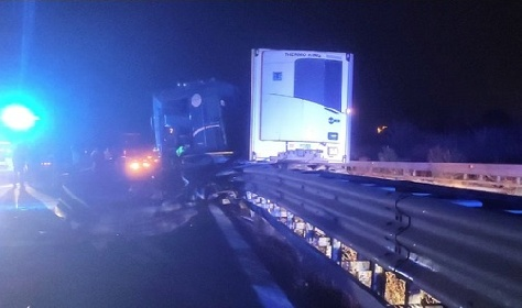 https://www.ragusanews.com//immagini_articoli/18-09-2021/incidente-alle-porte-di-siracusa-autoarticolato-si-ribalta-280.jpg