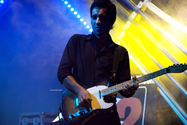 https://www.ragusanews.com//immagini_articoli/18-10-2012/rock-economy-placido-salamone-suona-con-celentano-500.jpg