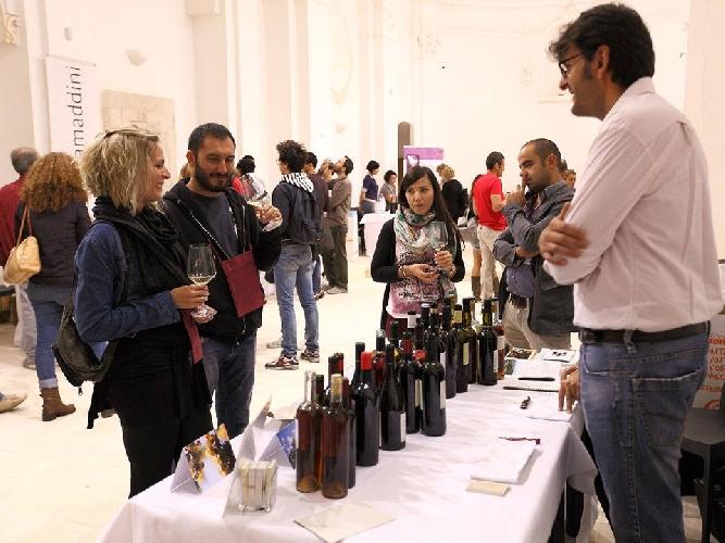 http://www.ragusanews.com//immagini_articoli/18-10-2014/50-etichette-a-rubino-rotte-del-vino-500.jpg