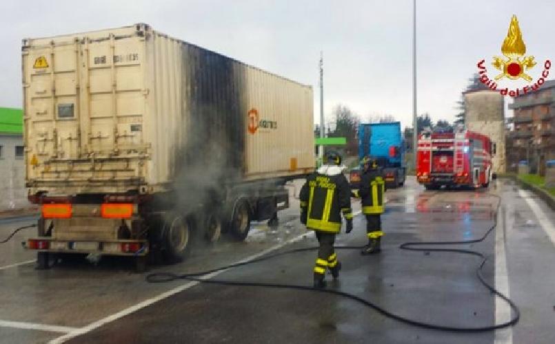 http://www.ragusanews.com//immagini_articoli/18-10-2015/a-fuoco-semirimorchio-500.jpg