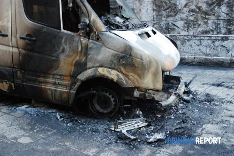 http://www.ragusanews.com//immagini_articoli/18-10-2017/scicli-incendiato-furgone-vendita-fiori-cimitero-500.jpg