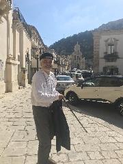 http://www.ragusanews.com//immagini_articoli/18-10-2017/serge-latouche-visita-scicli-240.jpg
