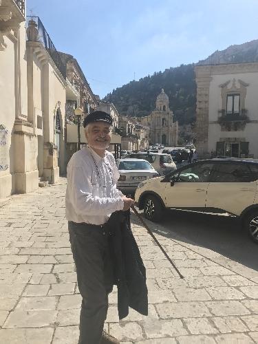 https://www.ragusanews.com//immagini_articoli/18-10-2017/serge-latouche-visita-scicli-500.jpg