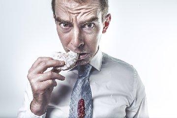 https://www.ragusanews.com//immagini_articoli/18-10-2019/attacchi-di-fame-resistere-per-non-compromettere-la-dieta-240.jpg