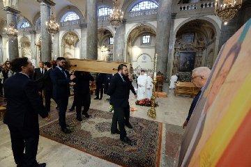 https://www.ragusanews.com//immagini_articoli/18-10-2019/celebrati-i-funerali-di-sebastiano-tusa-240.jpg