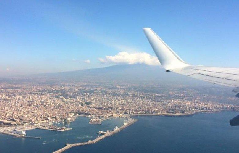 https://www.ragusanews.com//immagini_articoli/18-10-2019/cenere-etna-riaperti-gli-spazi-aerei-500.jpg