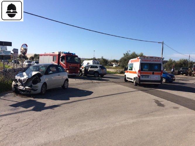 https://www.ragusanews.com//immagini_articoli/18-10-2019/scontro-fra-due-auto-tre-feriti-500.jpg