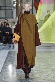 https://www.ragusanews.com//immagini_articoli/18-10-2020/1603005668-cappotti-autunno-inverno-2020-2021-i-modelli-di-tendenza-2-280.jpg