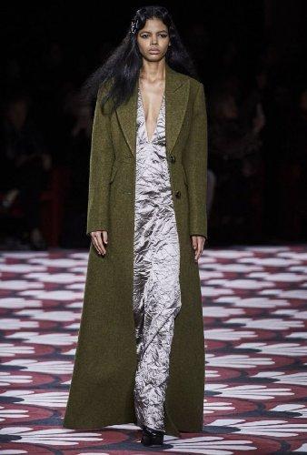 https://www.ragusanews.com//immagini_articoli/18-10-2020/1603005748-cappotti-autunno-inverno-2020-2021-i-modelli-di-tendenza-3-500.jpg