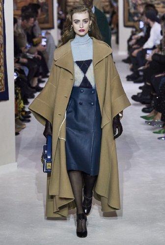 https://www.ragusanews.com//immagini_articoli/18-10-2020/1603005813-cappotti-autunno-inverno-2020-2021-i-modelli-di-tendenza-4-500.jpg