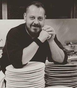 https://www.ragusanews.com//immagini_articoli/18-10-2020/giuseppe-petrolo-lo-chef-che-ha-lasciato-montecarlo-per-modica-280.jpg