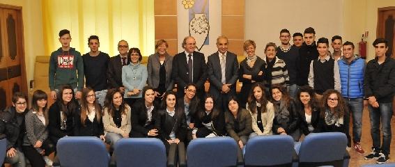 http://www.ragusanews.com//immagini_articoli/18-11-2013/gli-studenti-del-fermi-di-vittoria-in-camera-di-commercio-240.jpg