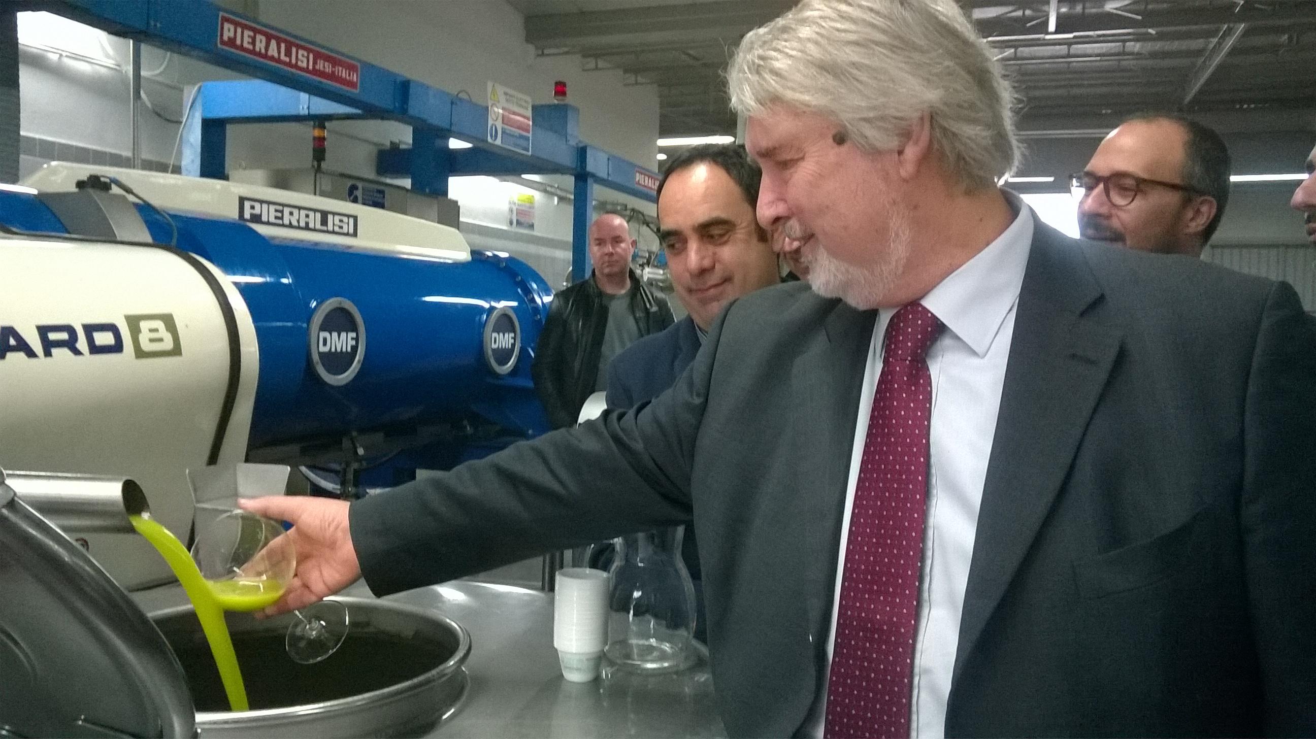 https://www.ragusanews.com//immagini_articoli/18-11-2016/1479468710-4-e-il-ministro-poletti-degusto-l-olio-di-chiaramonte-video.jpg