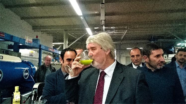 http://www.ragusanews.com//immagini_articoli/18-11-2016/e-il-ministro-poletti-degusto-l-olio-di-chiaramonte-video-420.jpg
