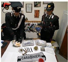 https://www.ragusanews.com//immagini_articoli/18-11-2019/oltre-un-kg-di-droga-balcone-di-casa-arrestato-un-31enne-240.jpg