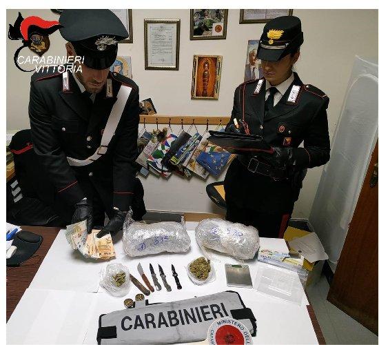https://www.ragusanews.com//immagini_articoli/18-11-2019/oltre-un-kg-di-droga-balcone-di-casa-arrestato-un-31enne-500.jpg