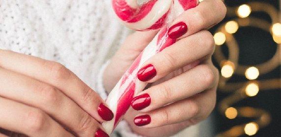 https://www.ragusanews.com//immagini_articoli/18-11-2020/1605732250-unghie-natalizie-2020-i-colori-e-le-decorazioni-per-avere-mani-perfette-1-280.jpg