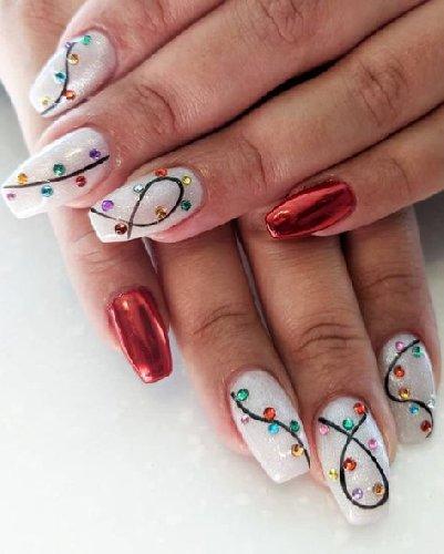https://www.ragusanews.com//immagini_articoli/18-11-2020/1605732395-unghie-natalizie-2020-i-colori-e-le-decorazioni-per-avere-mani-perfette-3-500.jpg