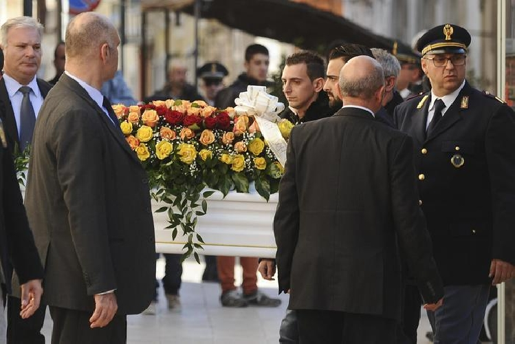 http://www.ragusanews.com//immagini_articoli/18-12-2014/funerali-loris-vescovo-solo-un-folle-puo-aver-ucciso-500.jpg