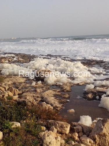 http://www.ragusanews.com//immagini_articoli/19-01-2014/la-schiuma-dinverno-a-marina-di-modica-500.jpg