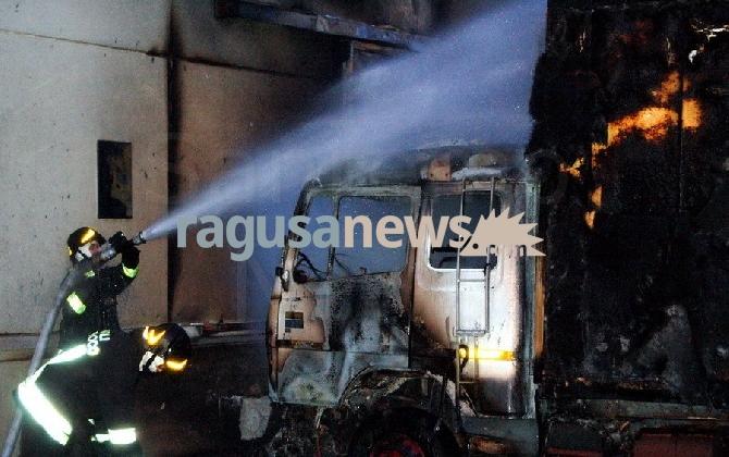 http://www.ragusanews.com//immagini_articoli/19-01-2017/vittoria-incendiati-cinque-camion-azienda-autotrasporti-420.jpg