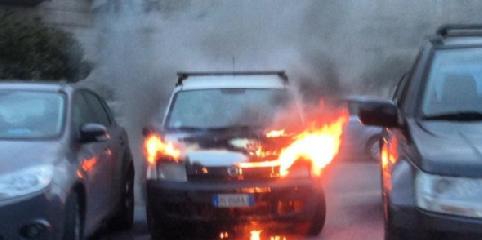 http://www.ragusanews.com//immagini_articoli/19-01-2018/fuoco-vecchia-panda-piazza-liberta-ragusa-240.png