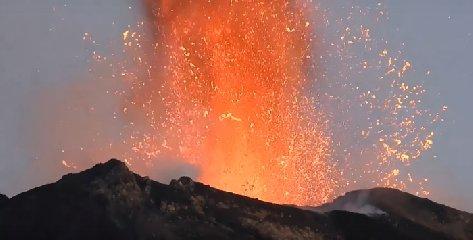 https://www.ragusanews.com//immagini_articoli/19-01-2020/stromboli-notte-trabocco-lavico-cratere-240.jpg