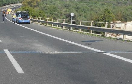 https://www.ragusanews.com//immagini_articoli/19-01-2021/incidente-tampona-auto-muore-automobilista-280.jpg
