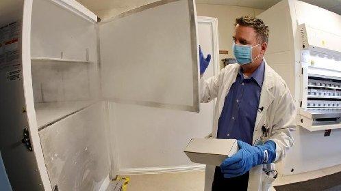 https://www.ragusanews.com//immagini_articoli/19-01-2021/vaccini-fermi-in-sicilia-in-frigo-sono-rimaste-solo-30mila-dosi-280.jpg