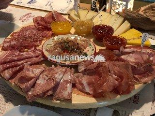 https://www.ragusanews.com//immagini_articoli/19-02-2018/enoteca-trinacria-avola-sicilia-piatto-240.jpg