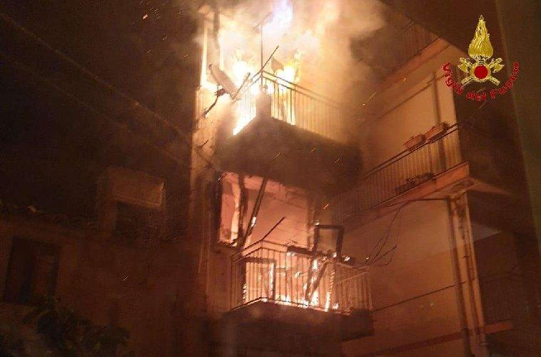 https://www.ragusanews.com//immagini_articoli/19-02-2020/incendio-in-una-casa-a-chiaramonte-gulfi-500.jpg