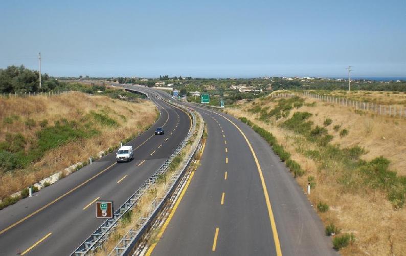 https://www.ragusanews.com//immagini_articoli/19-03-2014/autostrada-rosolini-modica-laggiudicazione-il-21-marzo-500.jpg