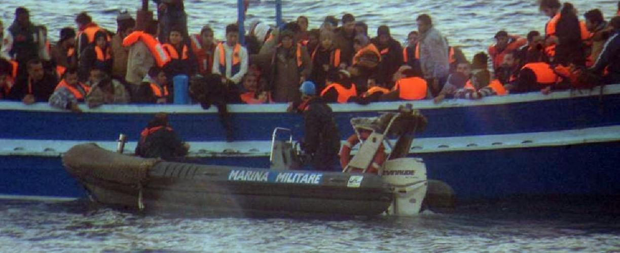 http://www.ragusanews.com//immagini_articoli/19-03-2014/mille-migranti-approdati-a-pozzallo-ce-un-morto-500.jpg