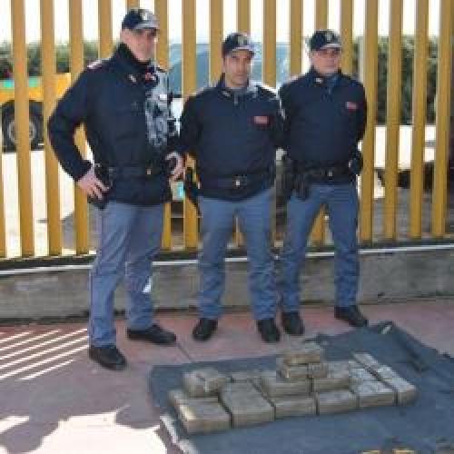 http://www.ragusanews.com//immagini_articoli/19-03-2015/arrestati-due-corrieri-della-droga-500.jpg