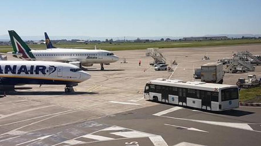 http://www.ragusanews.com//immagini_articoli/19-03-2017/etna-aeroporto-catania-pieno-regime-500.jpg