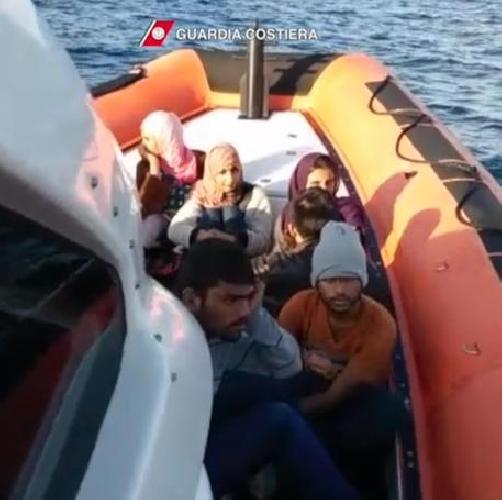 https://www.ragusanews.com//immagini_articoli/19-03-2017/migrantisalvati-1500-canale-sicilia-500.jpg