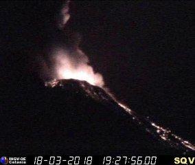 https://www.ragusanews.com//immagini_articoli/19-03-2018/stromboli-erutta-spettacolo-lapilli-lava-240.jpg