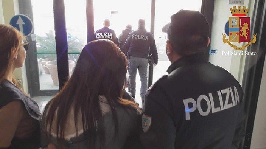 https://www.ragusanews.com//immagini_articoli/19-03-2019/1552983858-rapina-gioielleria-ragusa-arresti-1-500.jpg