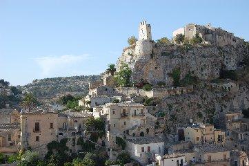 https://www.ragusanews.com//immagini_articoli/19-03-2019/castello-modica-240.jpg