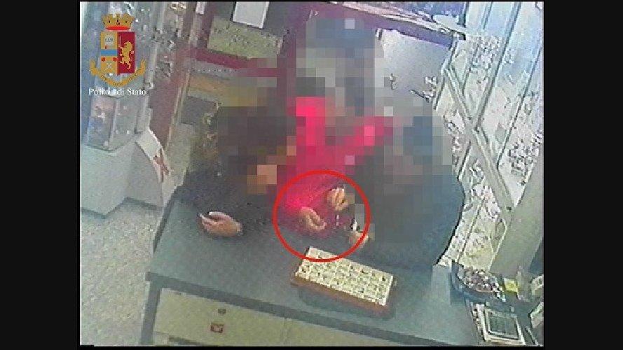 https://www.ragusanews.com//immagini_articoli/19-03-2019/rapina-gioielleria-ragusa-arresti-500.jpg