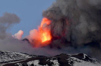 https://www.ragusanews.com//immagini_articoli/19-03-2021/boati-fuoco-e-neve-l-etna-continua-a-dare-spettacolo-video-280.jpg