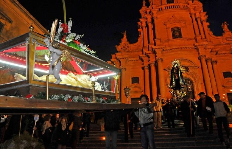 http://www.ragusanews.com//immagini_articoli/19-04-2014/il-cristo-morto-in-processione-a-ragusa-500.jpg